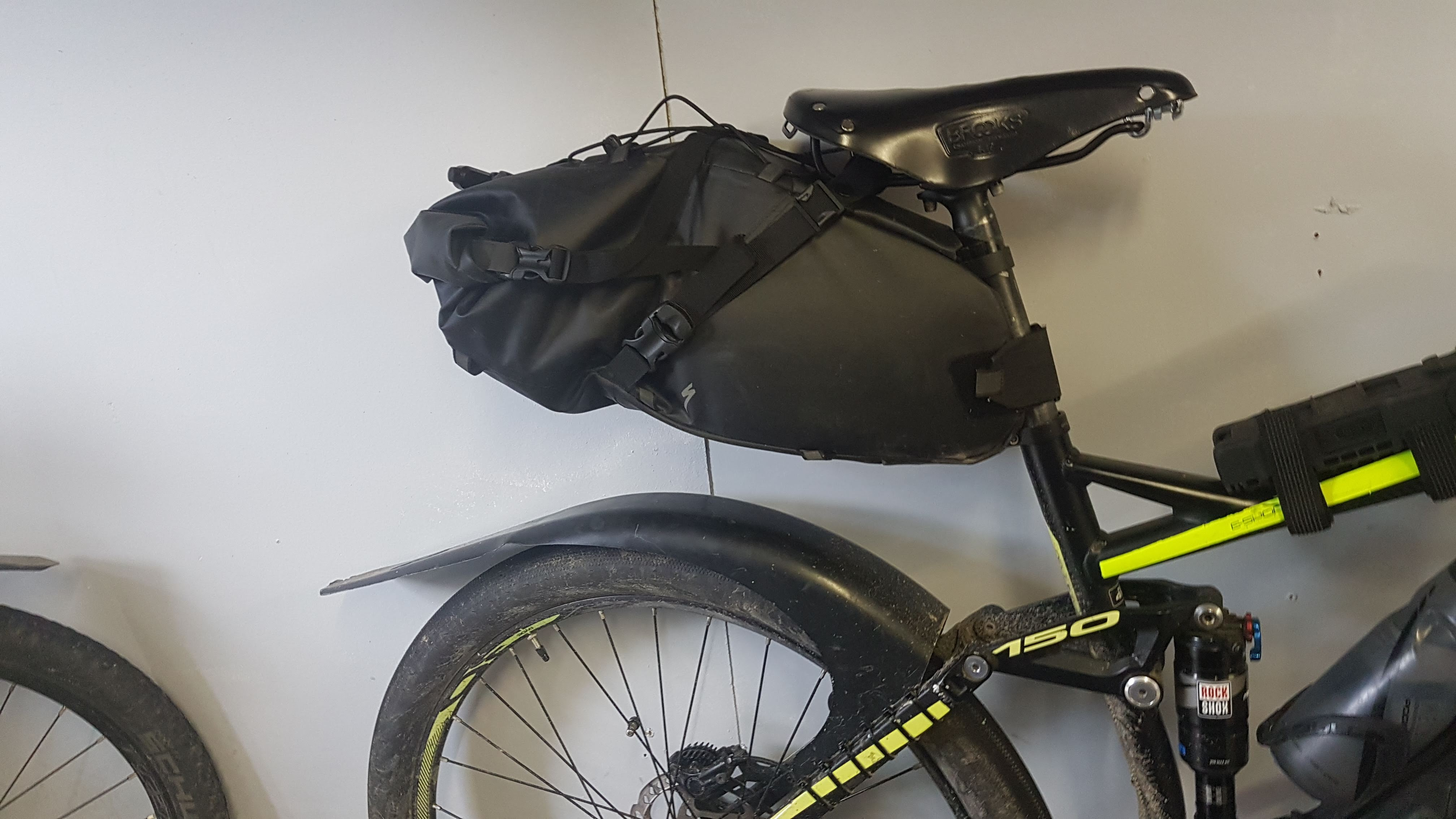 Holds the bag up much tighter to the saddle